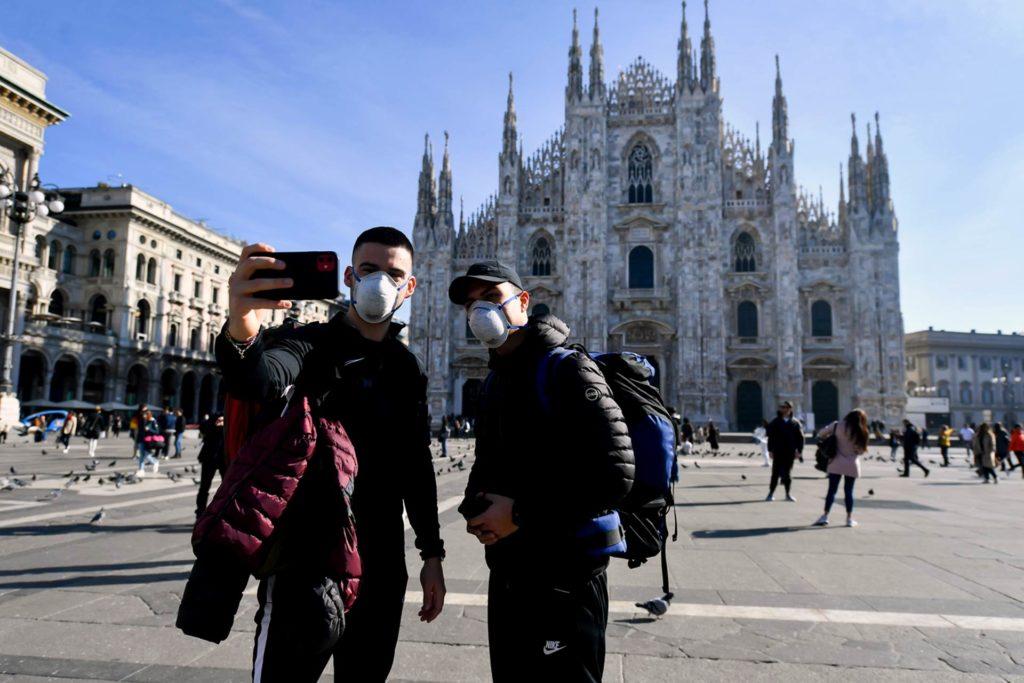 Turisti con mascherina Covid-19